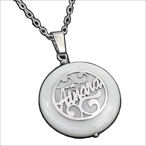 colgante de plata con nácar y nombre